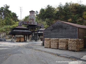 Hier wird die Holzkohle aus Zucker-Ahornholz hergestellt. Durch diese wird der Whiskey gefiltert, Dauer 6 Tage, dann hat er den typischen Rauchgeschmack angenommen.